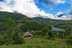 Εξοχικό σπίτι με τη λίμνη Στοκ Εικόνες