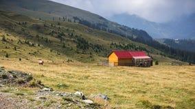 Εξοχικό σπίτι ποιμένων στα βουνά Parang, Transalpina, Ρουμανία στοκ εικόνα