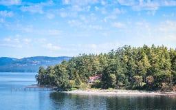 Εξοχικό σπίτι στην όμορφη άποψη νησιών Στοκ Εικόνες