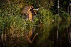 Εξοχικό σπίτι στη λίμνη Στοκ φωτογραφία με δικαίωμα ελεύθερης χρήσης