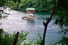 Εξοχικό σπίτι στη Drina Στοκ φωτογραφία με δικαίωμα ελεύθερης χρήσης