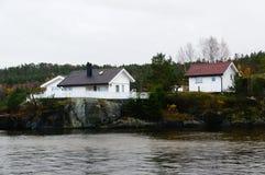 Εξοχικό σπίτι στους βράχους Στοκ εικόνες με δικαίωμα ελεύθερης χρήσης