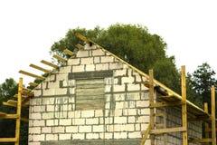 Εξοχικό σπίτι στο στάδιο της ξύλινης στέγης αψίδων κατασκευής στέγη κατασκευής κάτω Στοκ εικόνες με δικαίωμα ελεύθερης χρήσης