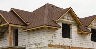 Εξοχικό σπίτι στο στάδιο της ξύλινης στέγης αψίδων κατασκευής στέγη κατασκευής κάτω Στοκ φωτογραφίες με δικαίωμα ελεύθερης χρήσης
