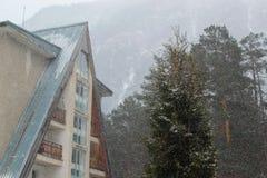 Εξοχικό σπίτι στο χιονώδες δάσος Στοκ Εικόνες