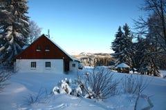 Εξοχικό σπίτι το χειμώνα Στοκ φωτογραφίες με δικαίωμα ελεύθερης χρήσης