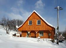 εξοχικό σπίτι χιονώδες Στοκ Εικόνες