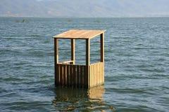 Εξοχικό σπίτι Lifeguards στο νερό λιμνών Στοκ Εικόνες