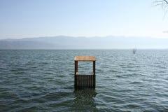 Εξοχικό σπίτι Lifeguards στο νερό λιμνών Στοκ εικόνες με δικαίωμα ελεύθερης χρήσης