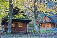 Εξοχικό σπίτι Podziar - σταυροδρόμι, κοντά στο καθάρισμα, στην κοιλάδα του κολπίσκου Dier μεταξύ των χαμηλότερων και ανώτερων τρυ στοκ φωτογραφίες