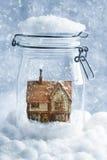 Εξοχικό σπίτι Snowglobe Στοκ Φωτογραφίες