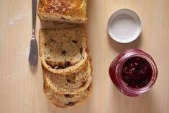 Εξυπηρέτηση για το χρόνο προγευμάτων ή τσαγιού με το τεμαχισμένο ψωμί Στοκ φωτογραφία με δικαίωμα ελεύθερης χρήσης