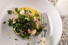 Εξυπηρέτηση ενός πολύ ιρλανδικού πιάτου colcannon με το κρεμμύδι άνοιξη, κατσαρό λάχανο, ΤΣΕ στοκ φωτογραφία