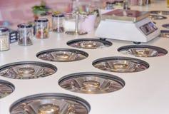 Εξυπηρέτηση παγωτού αντίθετα προς με πολλές scoopable γεύσεις στοκ εικόνες με δικαίωμα ελεύθερης χρήσης