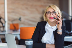 Εξυπηρέτηση πελατών αντιπροσωπευτική στην εργασία Όμορφη νέα γυναίκα στην κάσκα που λειτουργεί στον υπολογιστή Στοκ εικόνες με δικαίωμα ελεύθερης χρήσης