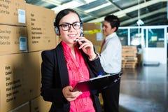 Εξυπηρέτηση πελατών σε μια αποθήκη εμπορευμάτων Στοκ Εικόνες