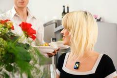εξυπηρέτηση πιάτων Στοκ φωτογραφία με δικαίωμα ελεύθερης χρήσης