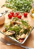 Εξυπηρέτηση της σαλάτας ζυμαρικών Στοκ Εικόνες