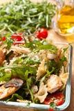 Εξυπηρέτηση της σαλάτας ζυμαρικών Στοκ φωτογραφία με δικαίωμα ελεύθερης χρήσης