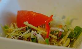 Εξυπηρέτηση της υγιούς σαλάτας λαχανικών στοκ εικόνα