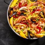 Εξυπηρέτηση του γαστρονομικού paella θαλασσινών Στοκ Φωτογραφία