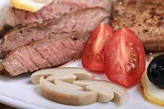 Εξυπηρέτηση του κρέατος με τα λαχανικά σε ένα πιάτο του άσπρου υποβάθρου Στοκ φωτογραφία με δικαίωμα ελεύθερης χρήσης