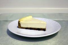 Εξυπηρέτηση cheesecake Στοκ εικόνα με δικαίωμα ελεύθερης χρήσης
