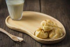 Εξυπηρέτηση Eclairs με το γάλα σόγιας Στοκ Εικόνες