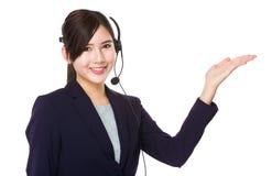 Εξυπηρετήσεις πελατών αντιπροσωπευτικές με την ανοικτή παλάμη χεριών Στοκ Εικόνες