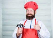Εξυπηρετήστε τα τρόφιμα r το άτομο κρατά το δίσκο πιάτων κουζινών στο εστιατόριο o u στοκ φωτογραφίες