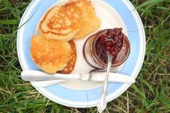 Εξυπηρετήστε τις τηγανίτες με τη μαρμελάδα σε ένα πιάτο για το πρόγευμα Στοκ Φωτογραφίες