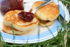 Εξυπηρετήστε τις τηγανίτες με τη μαρμελάδα σε ένα πιάτο για το πρόγευμα Στοκ Φωτογραφία