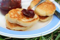 Εξυπηρετήστε τις τηγανίτες με τη μαρμελάδα σε ένα πιάτο για το πρόγευμα Στοκ εικόνα με δικαίωμα ελεύθερης χρήσης