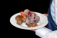 Εξυπηρετήστε το κρέας με τη σάλτσα, τις βρασμένα πατάτες και τα καρότα σε ένα άσπρο πιάτο στοκ εικόνες με δικαίωμα ελεύθερης χρήσης