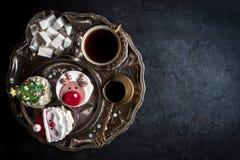 Εξυπηρετούμενα κέικ φλυτζανιών Χριστουγέννων Στοκ Φωτογραφία