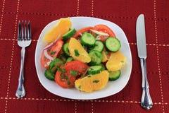 εξυπηρετούμενα σαλάτα λαχανικά καρπών πιάτων Στοκ εικόνα με δικαίωμα ελεύθερης χρήσης