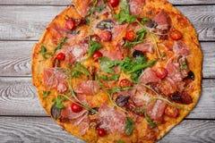 Εξυπηρετούμενη πίτσα Margherita πιτσών με τα οργανικά καλύμματα σε ένα γκρίζο υπόβαθρο Σαρκωμένη πίτσα με τα θρεπτικά λαχανικά κα Στοκ Εικόνες