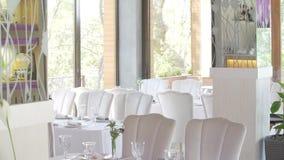 Εξυπηρετούμενοι αίθουσα πίνακες πεζουλιών Banquette, φωτεινό άσπρο desine απόθεμα βίντεο