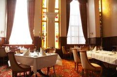 εξυπηρετούμενοι εστιατόριο πίνακες Στοκ φωτογραφία με δικαίωμα ελεύθερης χρήσης