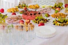 Εξυπηρετούμενοι πίνακες στο συμπόσιο Επιδόρπια, φρούτα και ζύμες στον μπουφέ Γυαλί catering στοκ εικόνες