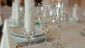 εξυπηρετούμενος εστιατόριο πίνακας Κενά γυαλιά στον πίνακα απόθεμα βίντεο