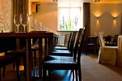 εξυπηρετούμενος εστιατόριο πίνακας Στοκ φωτογραφίες με δικαίωμα ελεύθερης χρήσης