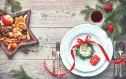 Εξυπηρετούμενος πίνακας γευμάτων κομψός που τακτοποιεί με τις διακοσμήσεις Χριστουγέννων Στοκ Φωτογραφίες