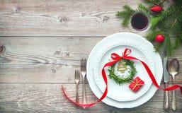 Εξυπηρετούμενος πίνακας γευμάτων κομψός που τακτοποιεί με τις διακοσμήσεις Χριστουγέννων Στοκ εικόνες με δικαίωμα ελεύθερης χρήσης
