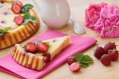 εξυπηρετούμενο λευκό φραουλών κέικ ανασκόπησης πιάτο Ξινός από το τυρί εξοχικών σπιτιών και τους νωπούς καρπούς στοκ φωτογραφία με δικαίωμα ελεύθερης χρήσης