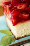 εξυπηρετούμενο λευκό φραουλών κέικ ανασκόπησης πιάτο στοκ εικόνες