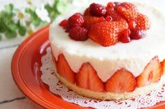 εξυπηρετούμενο λευκό φραουλών κέικ ανασκόπησης πιάτο στοκ εικόνα με δικαίωμα ελεύθερης χρήσης
