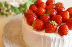 εξυπηρετούμενο λευκό φραουλών κέικ ανασκόπησης πιάτο Στοκ Φωτογραφίες