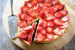 εξυπηρετούμενο λευκό φραουλών κέικ ανασκόπησης πιάτο στοκ εικόνα