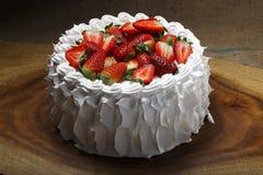 εξυπηρετούμενο λευκό φραουλών κέικ ανασκόπησης πιάτο Στοκ εικόνες με δικαίωμα ελεύθερης χρήσης